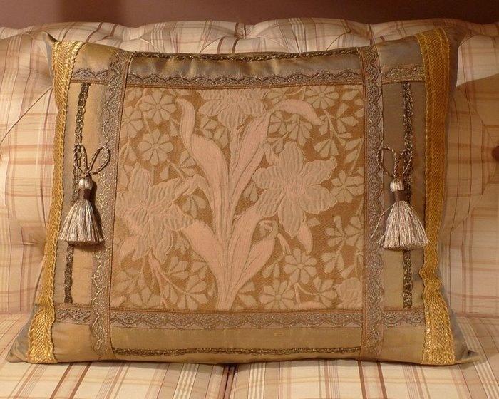 Как сшить подушку с бахромой 32